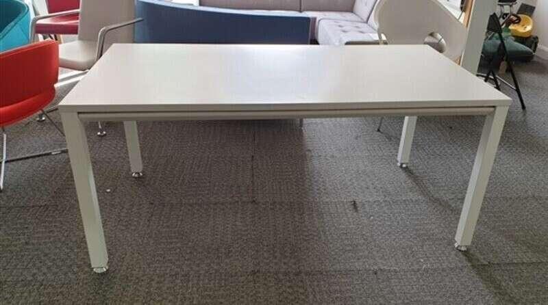 White desk 1600 x 800