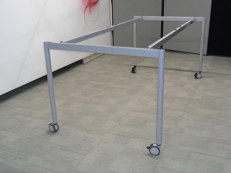 Grey Framework on Castors