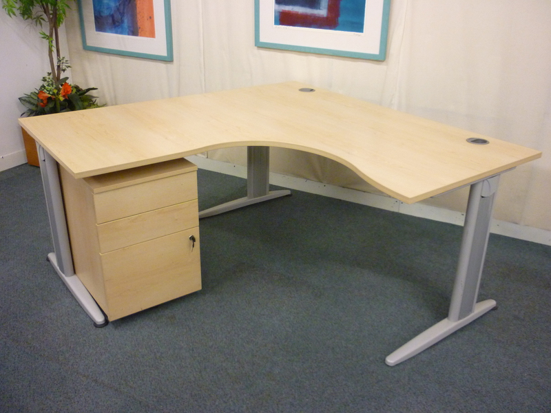1600w x 1600d mm Senator Jigsaw maple radial workstation
