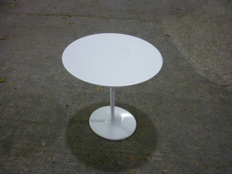 White Arper Dizzie side table