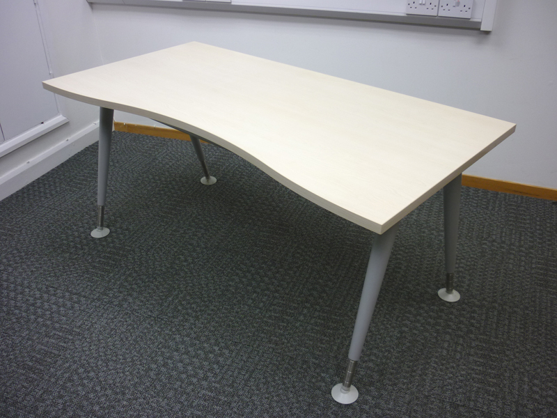 Knoll 1600w x800d mm maple double wave desk