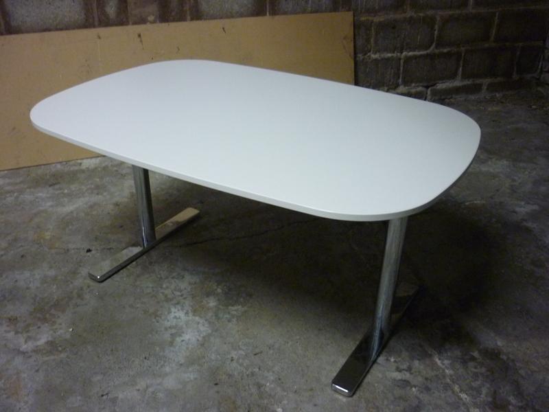 1350x900mm white Vitra Alcove tables