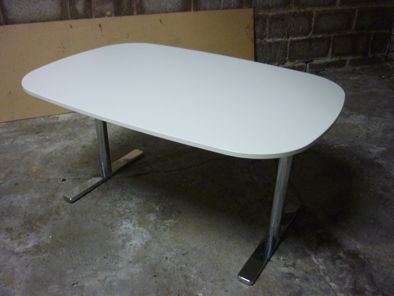 1350x900mm white Vitra Alcove tables