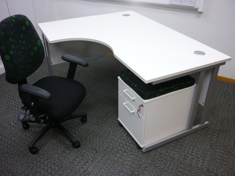 Optima 1600x1200mm white radial desk